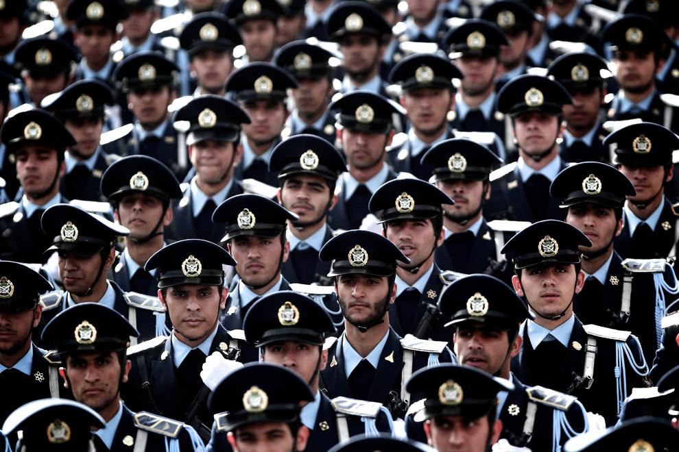Membri ai Forţelor Aeriene Iraniene defilează în timpul paradei organizate cu ocazia Zilei Armatei, în Teheran, joi, 18 aprilie 2013.