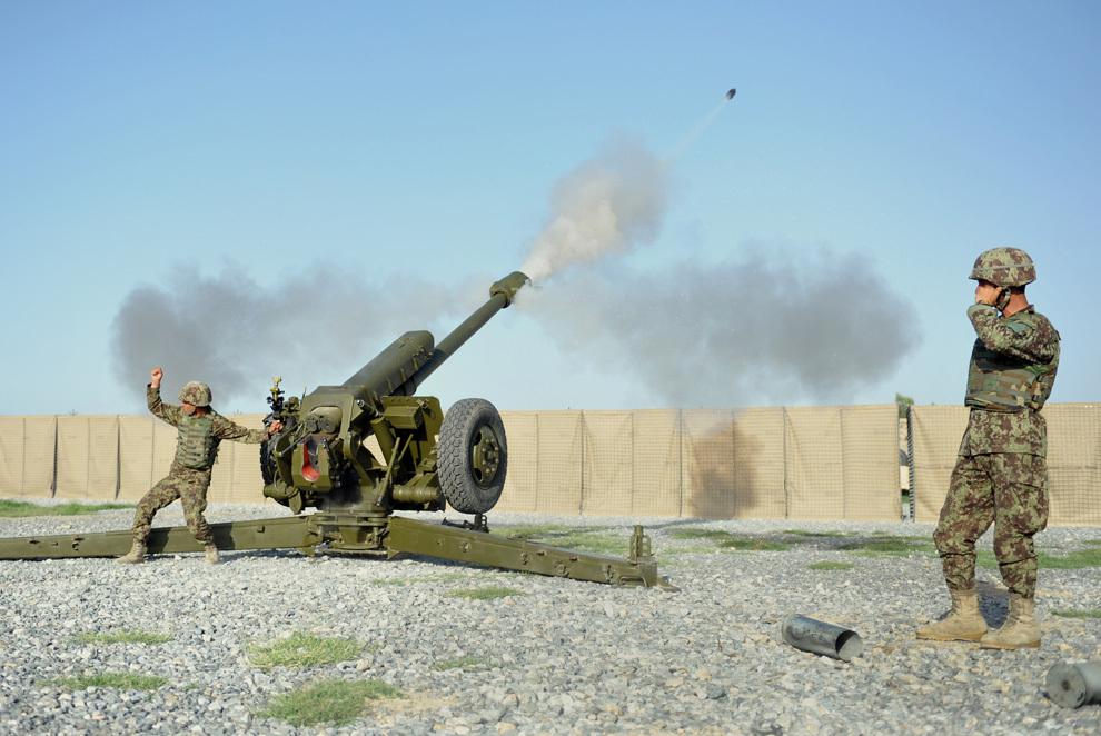 Soldaţi ai Diviziei de Artilerie de Câmp ai Armatei Naţionale Afgane (ANA) trag cu un obuzier D30 de 122mm în timpul unei sesiuni de antrenament, la baza americană Shinwar din provincia Nangarhar, joi, 11 aprilie 2013.