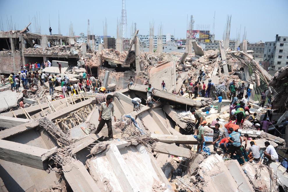 Voluntari civili ajută la operaţiunile de salvare după ce o clădire de 8 etaje s-a prăbuşit, în Savar, la periferia oraşului Dhaka din Bangladesh, miercuri, 24 aprilie 2013. Cel puţin 15 persoane au decedat şi multe altele au fost prinse în dărâmături.