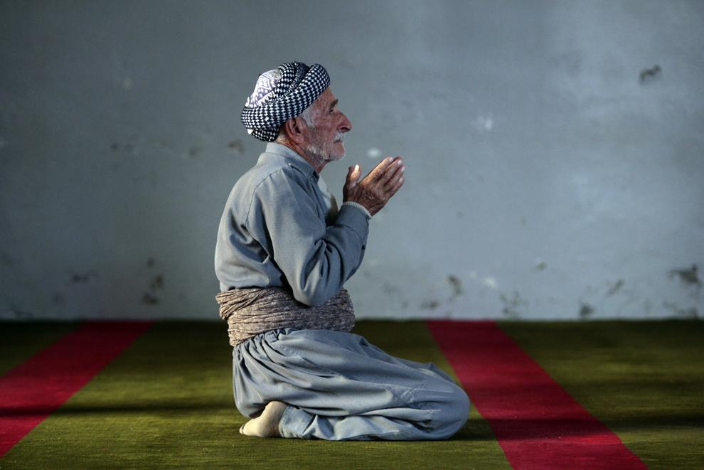 Un kurd irakian participă la rugăciunile de vineri, la Marea Moschee din oraşul irakian Dohuk, vineri, 2 noiembrie 2007.