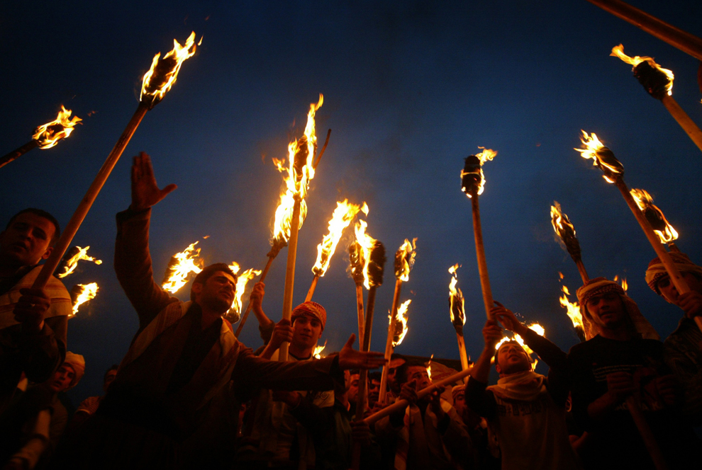 Kurzi irakieni poartă torţe în timpul sărbătorii Nowruz, în oraşul kurd Akra, la 500 de km nord de Bagdad, vineri, 20 martie 2009. Nowruz marchează prima zi a primăverii şi începutul anului în calendarul iranian.