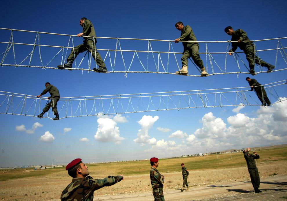 Kurzi irakieni, membri ai miliţiilor Peshmerga, fac o demonstraţie în timpul unui antrenament, în oraşul nordic Arbil, la 350 de km de Bagdad, miercuri, 2 martie 2011. Miliţiile peshmerga, care asigură securitatea în nordul kurd al Irakului, sunt comandate de administraţia autonomă kurdă.