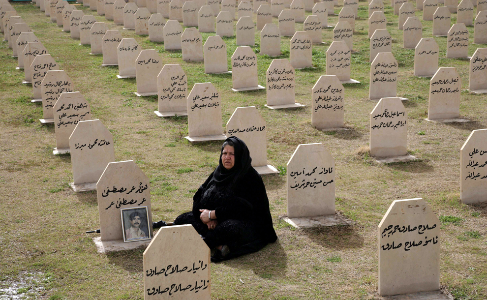 O femeie kurdă vizitează mormântul unei rude, Hafkar Omar Mustafa, ucis în timpul unui atac cu gaze chimice ordonat de către Saddam Hussein în 1988, cu ocazia comemorării a 24 de ani de la atac, în oraşul kurd Halabja, la 300 de km de Bagdad, vineri, 16 martie 2012. Aproape 500 de civili, în cea mai mare parte femei şi copii, au fost ucişi în atac.