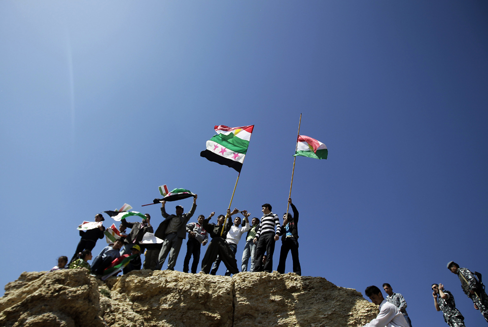 Mai mulţi kurzi flutură steaguri kurde şi siriene din perioada pre-Baath, scandând sloganuri împotriva regimului sirian, în timpul sărbătorii Nowruz, în capitala Libanului, Beirut, miercuri, 21 martie 2012. Festivalul Nowruz marchează noul an persan, care, în tradiţia veche zoroastriană, coincide cu echinocţiul vernal.