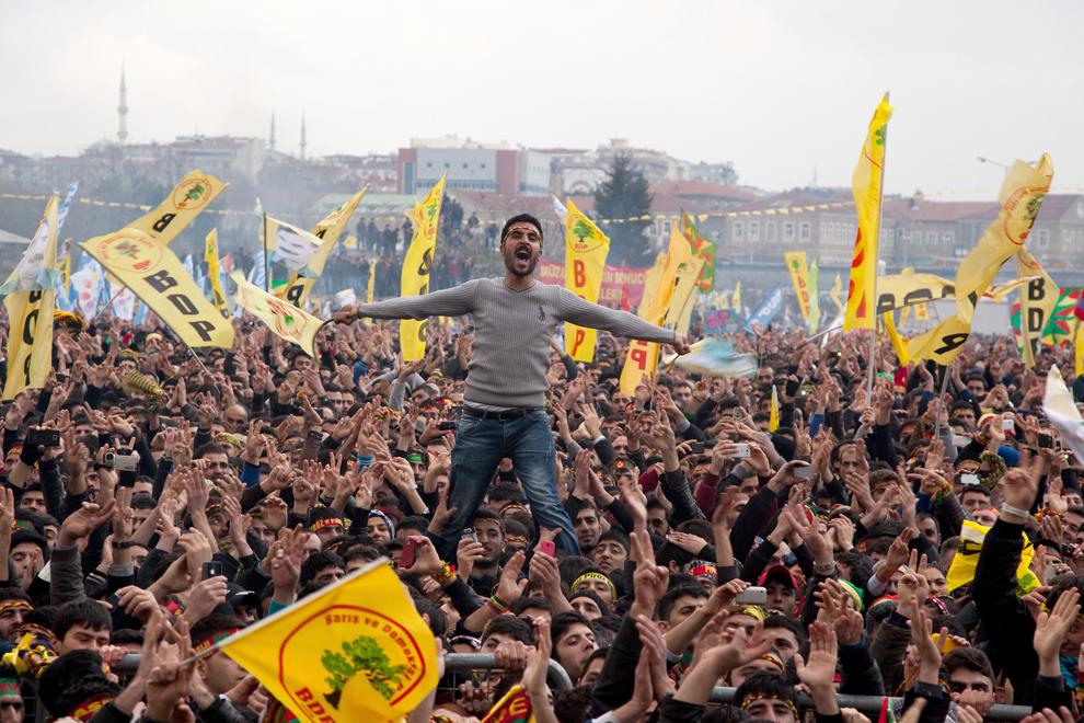 Un bărbat kurd flutură un steag al Partidului Pace şi Democraţie în timpul manifestaţiilor prilejuite de sărbătoare Nowruz, festivalul noului an persan, duminică, 17 martie 2013. Sărbătoarea Nowruz, care marchează sosirea primăverii şi anul nou persan, este serbată în Turcia, republicile din Asia Centrală, Iraq , Azerbaidjan, Afghanistan şi Iran.