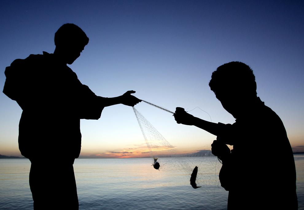 Doi băieţi turci, aparţinând minorităţii kurde, încearcă să prindă peşte în lacul Van, aproape de oraşul estic Van, în Turcia, joi, 7 iunie 2007.