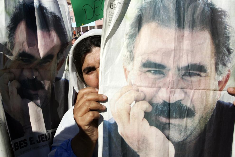 O femeie kurdă ţine în mâini un poster cu Abdullah Ocalan, liderul încarcerat al Partidului Muncitorilor din Kurdistan (PMK), în timpul unei adunări în Silopi, în apropierea graniţei turco-irakiene, sâmbătă, 3 noiembrie 2007. Mii de kurzi s-au adunat pentru a protesta împotriva atacării PMK de către guvernul de la Ankara.