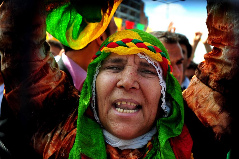 O femeie kurdă scandează în timpul unei adunări politice a Partidului Societăţii Democratice, în Istanbul, duminică, 24 mai 2009. Potrivit agenţiei de presă Anatolia, soldaţii turci au ucis doi rebeli kurzi în estul ţării.