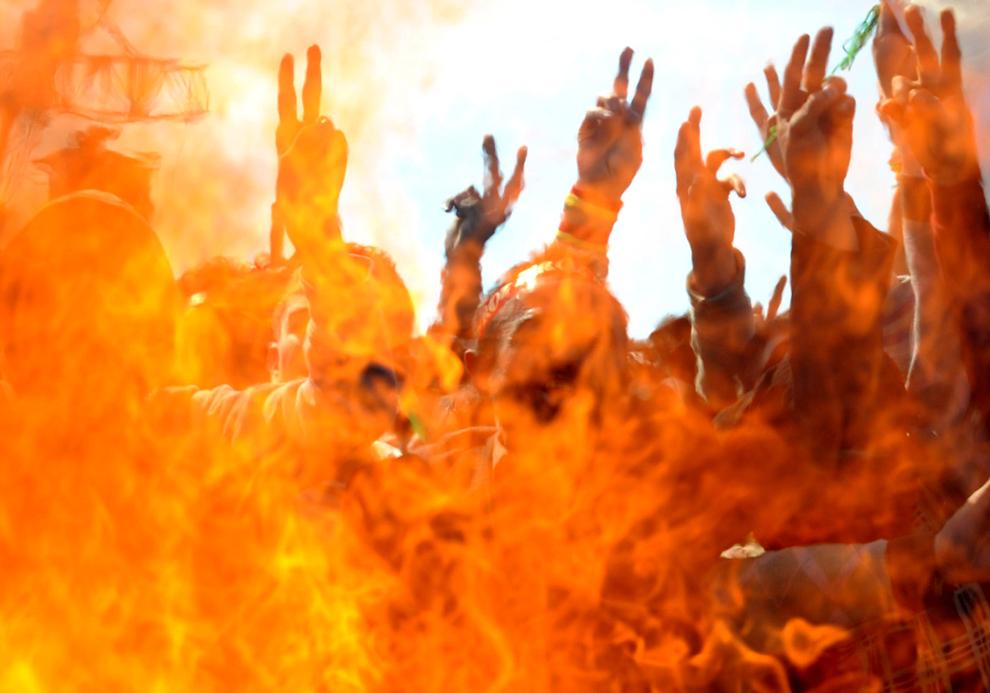 Suporteri ai partidului pro-kurd Pace şi Democraţie sărbătoresc anul nou persan Nowruz, în Istanbul, duminică, 21 martie 2010. Sărbătoarea Nowruz, care marchează sosirea primăverii şi anul nou persan, este serbată în Turcia, republicile din Asia Centrală, Iraq , Azerbaidjan, Afghanistan şi Iran.