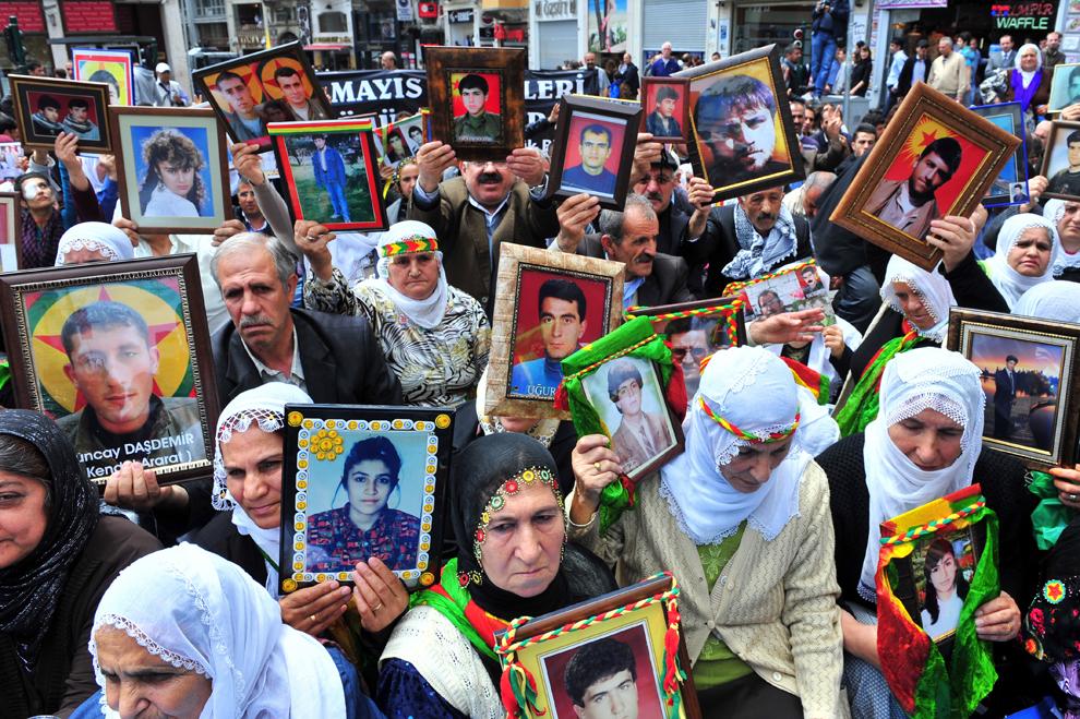 Femei kurde ţin portrete ale rudelor dispărute în timpul unei demonstraţii împotriva uciderii de către forţele militare turce a 12 rebeli kurzi, în Istanbul, miercuri, 18 mai 2011. Ciocnirile în care şi-au pierdut viaţa 12 rebeli kurzi şi un militar turc au început pe 12 mai, când luptători ai Partidului Muncitorilor din Kurdistan au încercat să intre în Turcia din Iraq.