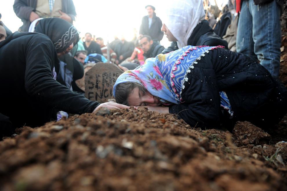 O femeie jeleşte victimile unei raid aerian turc, în cimitirul din satul Gulyazi din provincia Sirnak, în apropierea graniţei cu Iraqul, vineri, 30 noiembrie 2011. Mii de kurzi furioşi au îngropat vineri 35 de civili ucişi în timpul unui raid al aviaţiei turce.