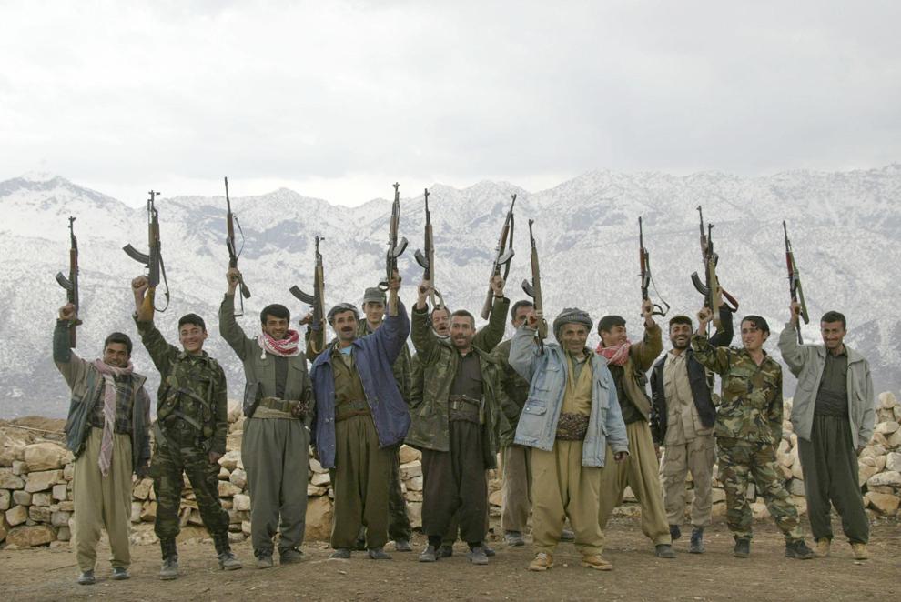 Luptători ai Partidului Democrat din Kurdistan (KDP) pozează în postul aflat în munţii de lângă oraşul Kani Masi, controlat de KDP, în apropierea graniţei cu Turcia, duminică, 9 martie 2003. Trei mici grupuri de soldaţi americani au ajuns in Kurdistanul Irakian pentru a pregăti invazia Irakului.
