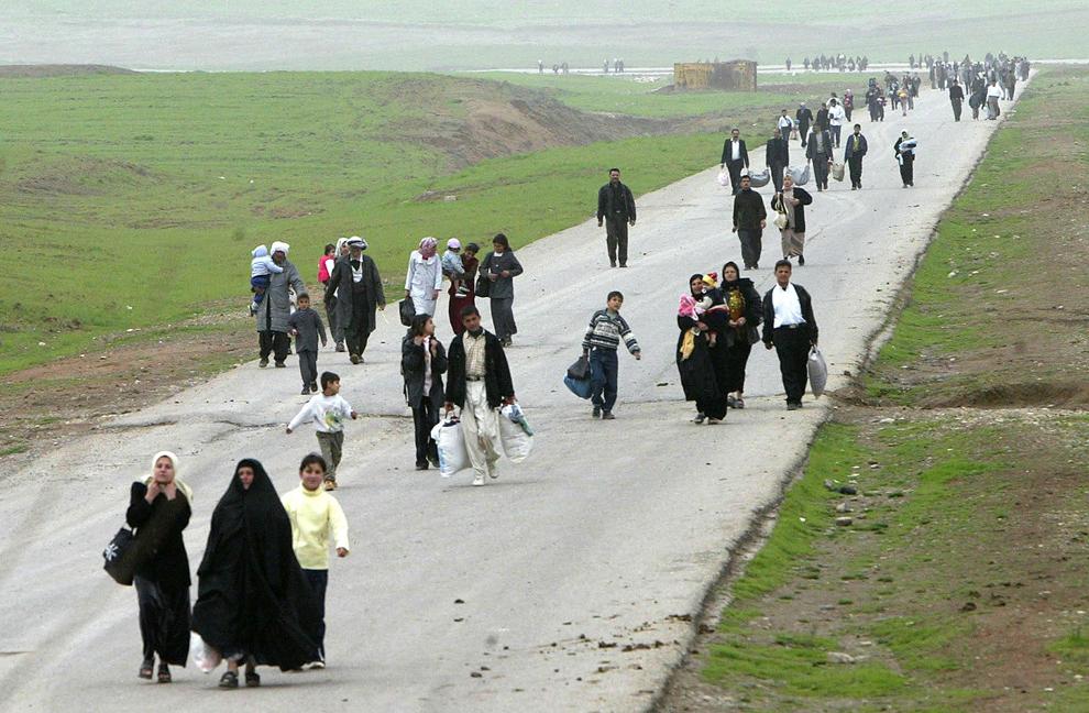 Kurzi irakieni părăsesc oraşele controlate de guvernul irakian, îndreptându-se către enclava denumită Kurdistanul Irakian, în Chamchamal, miercuri, 19 martie 2003. În câteva ore urmează să expire ultimatumul dat de către preşedintele George W. Bush regimului de la Bagdad si liderului Saddam Hussein.