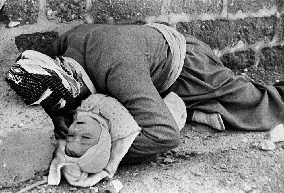 O fotografie, datată 20 martie 1988, înfăţişează un tată kurd, ţinându-şi în braţe copilul, în Halabja, în nord-estul Irakului. Ambii au fost ucişi în timpul unui atac chimic al forţelor guvernamentale irakiene.