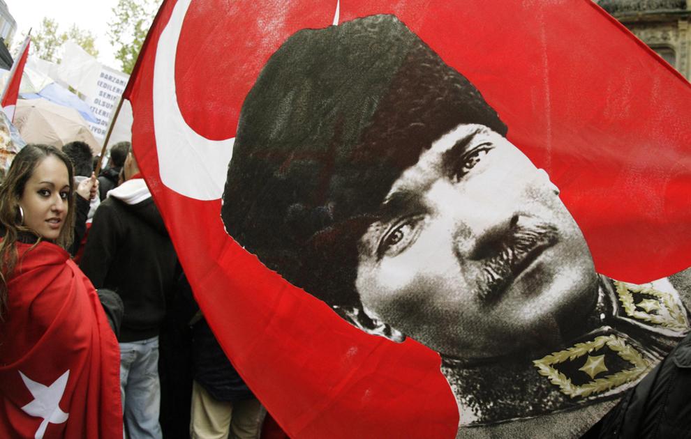 Turci, ţinând un steag cu portretul fondatorului Republicii Turce, Mustafa Kemal Ataturk, protestează împotriva Partidului Muncitorilor din Kurdistan (PMK), în Frankfurt pe Main, sâmbătă, 10 noiembrie 2007.