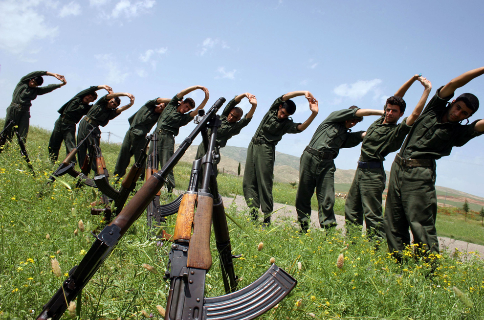 Membri ai miliţiilor Peshmarga din Kurdistanul Iranian se întind în timpul unui exerciţiu militar de rutină, în Koya, la 350 de km nord de Bagdad, miercuri, 10 mai 2006.