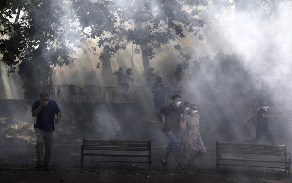 Demonstranţi aleargă din calea gazelor lacrimogene, în parcul Taksim Gezi din Istanbul, Turcia, sâmbătă, 1 iunie 2013.
