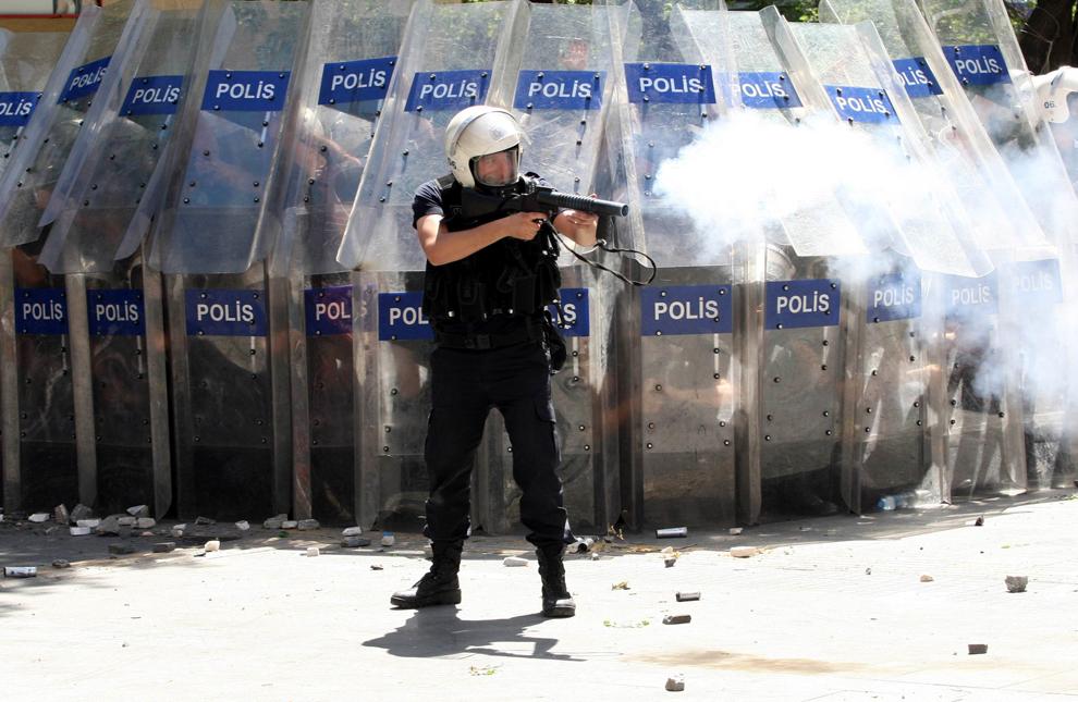 Un scutier trage cu o puşcă pentru grenade cu gaze lacrimogene, în timpul unui protest împotriva prim-ministrului turc, Tayyip Erdogan, în Ankara, Turcia, sâmbătă , 1 iunie 2013.