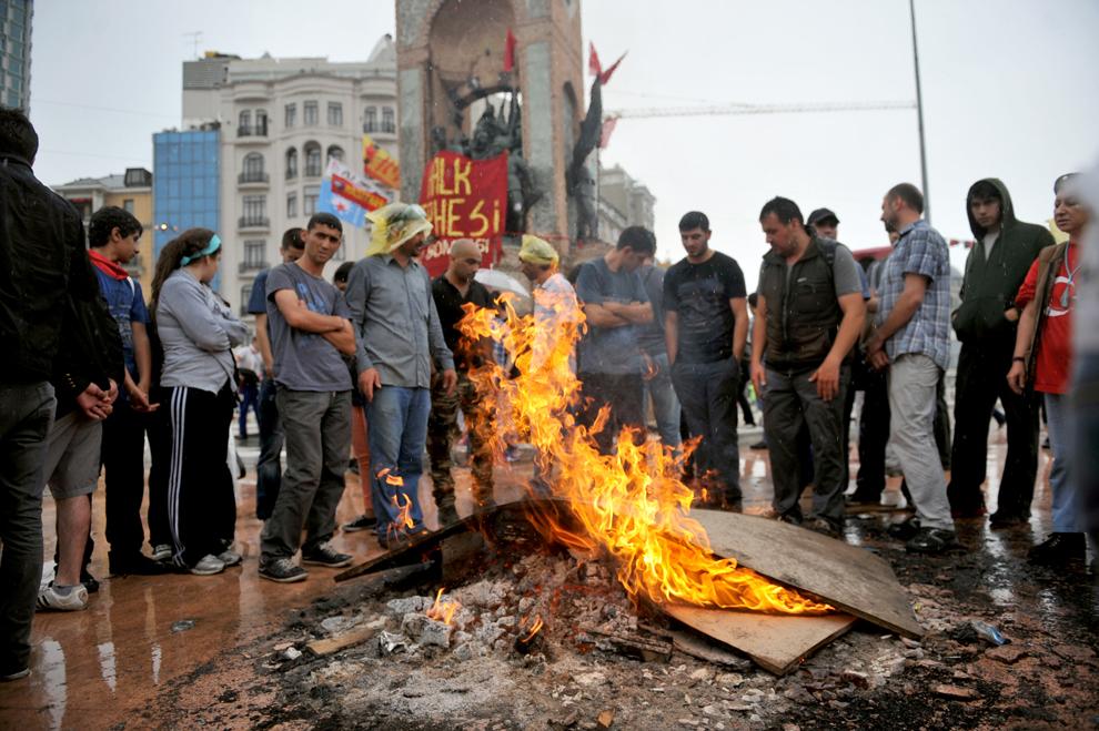 Mai mulţi participanţi la un protest aprind un foc la finalul luptelor de stradă cu forţele de ordine, în Piaţa Taksim din Istanbul, Turcia, duminică, 2 iunie 2013.