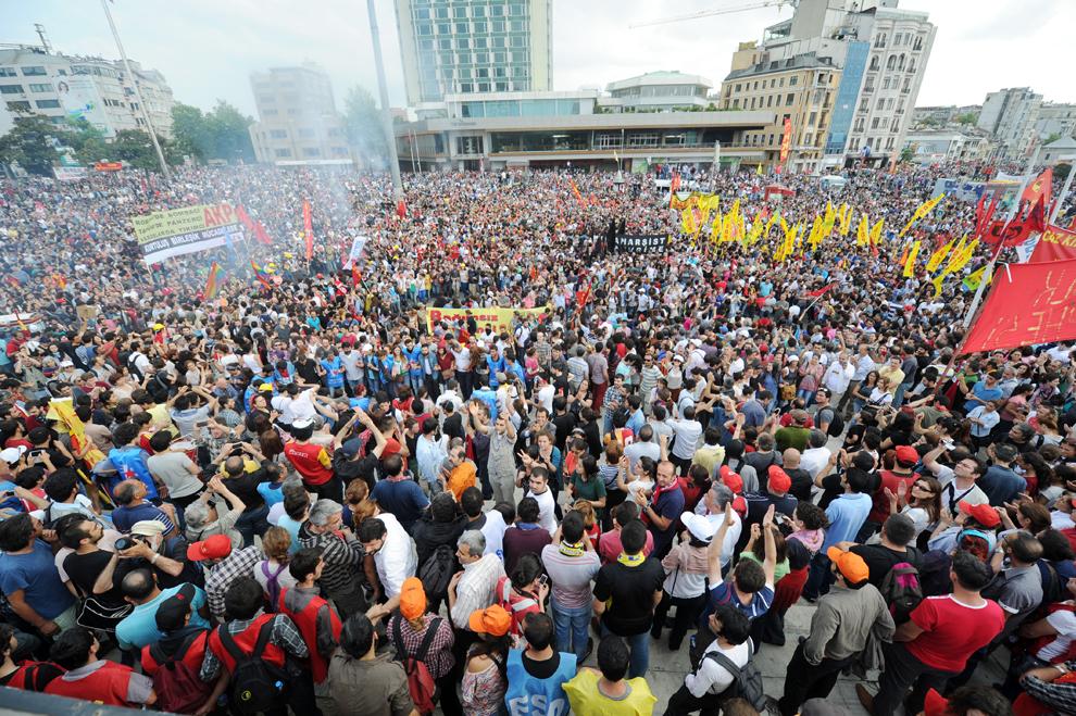 Participanţi la un protest se strâng în Piaţa Taksim din Istanbul, Turcia, duminică, 2 iunie 2013.