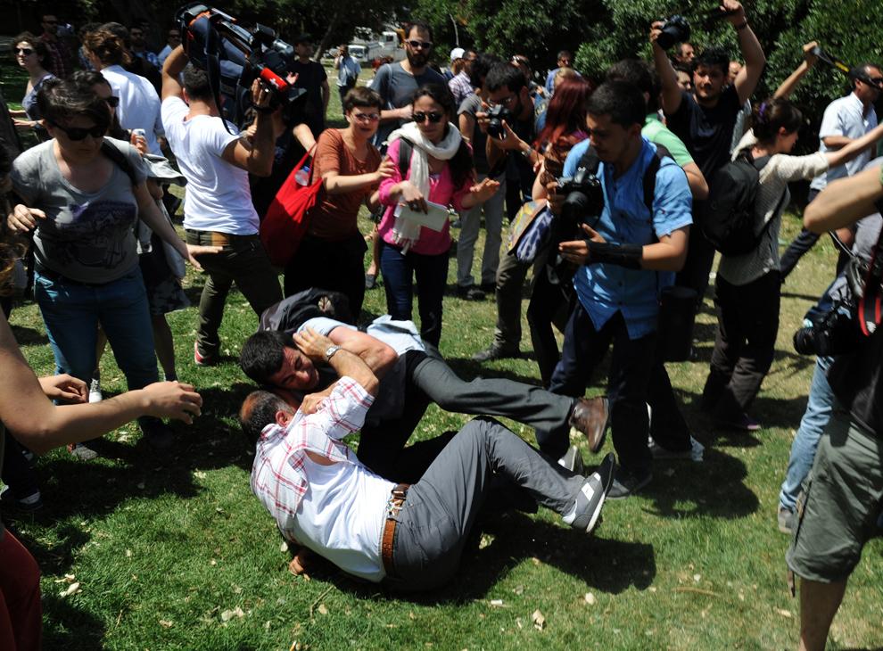 Poliţişti în civil se luptă cu participanţii la un protest organizat împotriva distrugerii parcului Taksim Gezi din Istanbul, Turcia, marţi, 28 mai 2013.