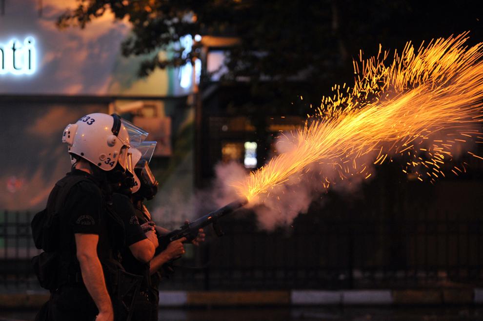 Forţele de ordine folosesc puşti cu gaze lacrimogene în timpul unui protest, în cartierul Besiktas Istanbul, Turcia, duminică, 2 iunie 2013.