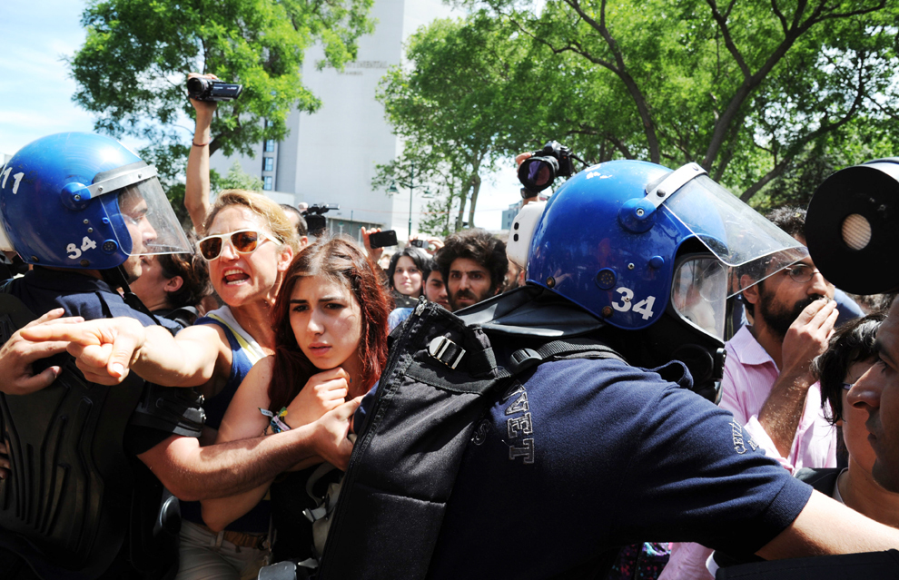 Forţele de ordine se luptă cu participanţii la un protest organizat împotriva distrugerii parcului Taksim Gezi din Istanbul, Turcia, marţi, 28 mai 2013.