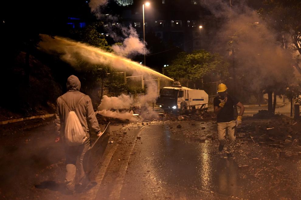 Forţele de ordine folosesc un tun de apă împotriva protestatarilor, în Istanbul, Turcia, marţi, 4 iunie 2013.
