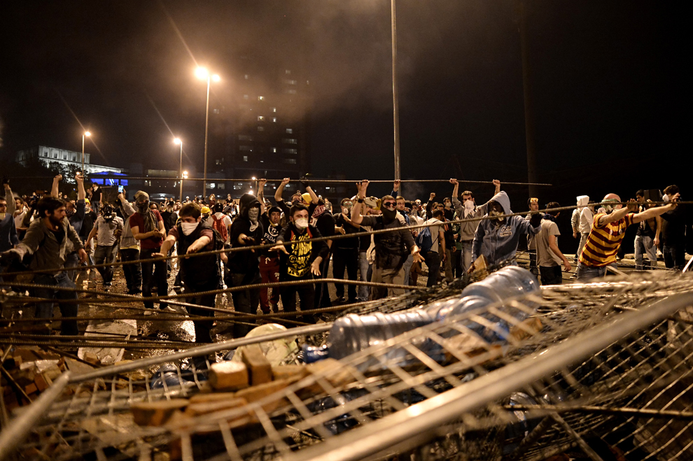 Protestatari fac o baricadă între Taksim şi Besiktas, în timpul unui protest, în Istanbul, Turcia, marţi, 4 iunie 2013.