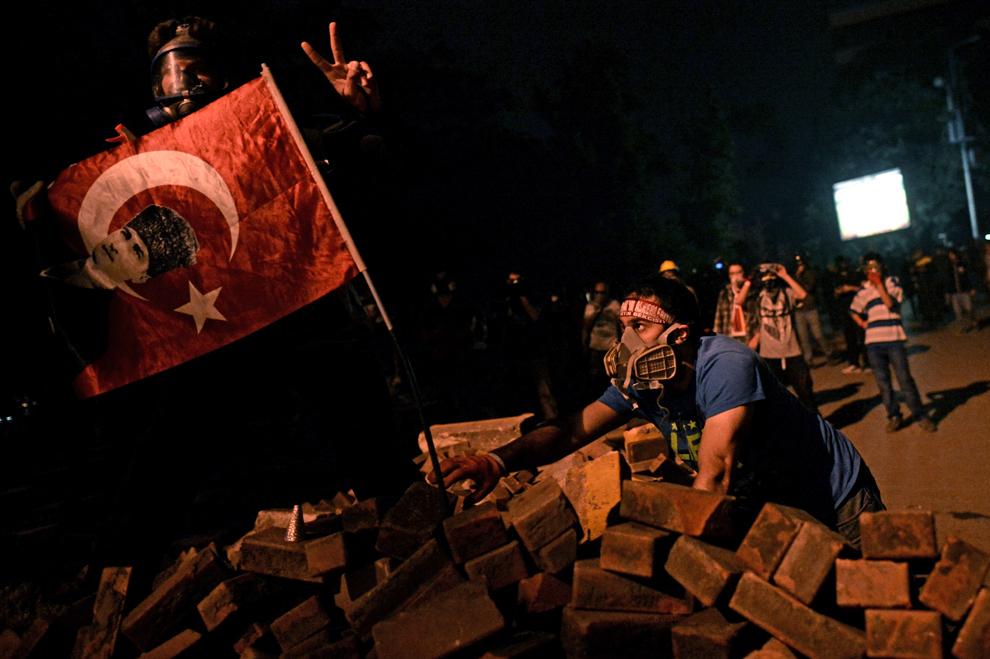 Un bărbat ţine în mână un steag cu portretul lui Kemal Ataturk, în timpul unui protest între Taksim şi Besiktas, Istanbul, Turcia, marţi, 4 iunie 2013.