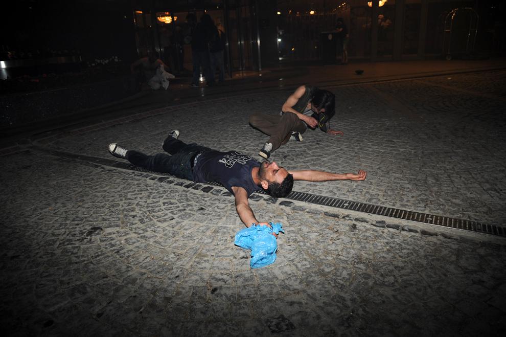 Protestatari turci stau pe jos în timpul luptelor de stradă cu forţele de ordine în Piaţa Taksim din Istanbul, Turcia, vineri, 31 mai 2013.