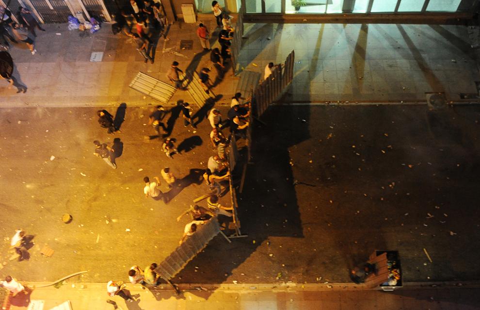 Protestatari turci formează o bariera în timpul luptelor de stradă cu forţele de ordine, în Piaţa Taksim din Istanbul, Turcia, vineri, 31 mai 2013.