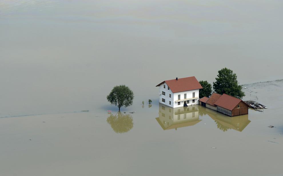 O fermă aflată parţial sub apele revărsate ale fluviului Dunărea, lângă oraşul bavarez Deggnedorf, sudul Germaniei, joi, 6 iunie, 2013.