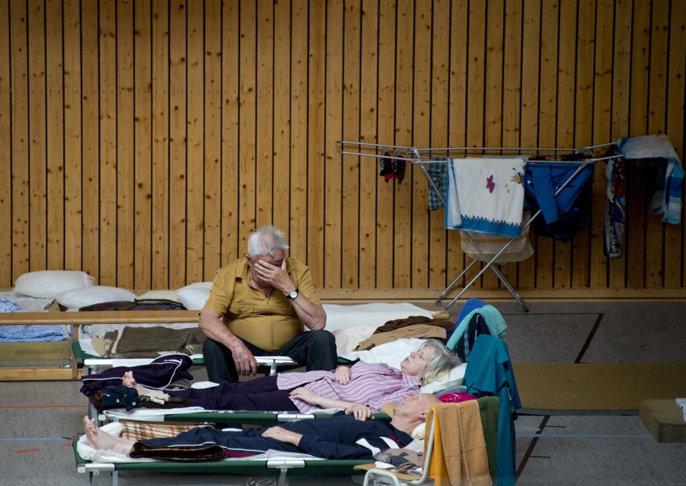 Oameni  evacuaţi din casele lor inundate se odihnesc într-o sală de sport transformată în locuinţă temporară, în Bitterfeld, Germania, joi, 6 iunie 2013.