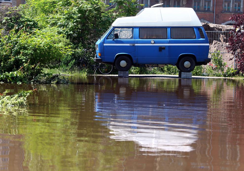 Un propietar şi-a ridicat pe blocuri de piatră microbuzul Volkswagen pentru a-l proteja de inundaţii, în Magdeburg, sâmbătă, 8 iunie, 2013.