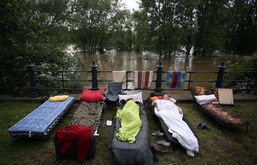 Voluntari se odihnesc pe malul râului Elba, în Magdeburg, estul Germaniei, duminică, 9 iunie 2013.