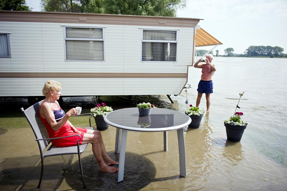 Un cuplu se bucură de concediu în pofida inundaţiilor, într-un loc de campare de lângă Gendt, Olanda, 6 iunie, 2013.