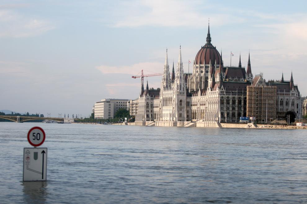Malul inundat al Dunarii poate fi văzut în Budapesta, vineri, 7 iunie 2013. Nivelul apelor Dunarii a continuat să crească în Ungaria în noaptea de joi spre vineri, depăşind două recorduri istorice în vestul ţării.