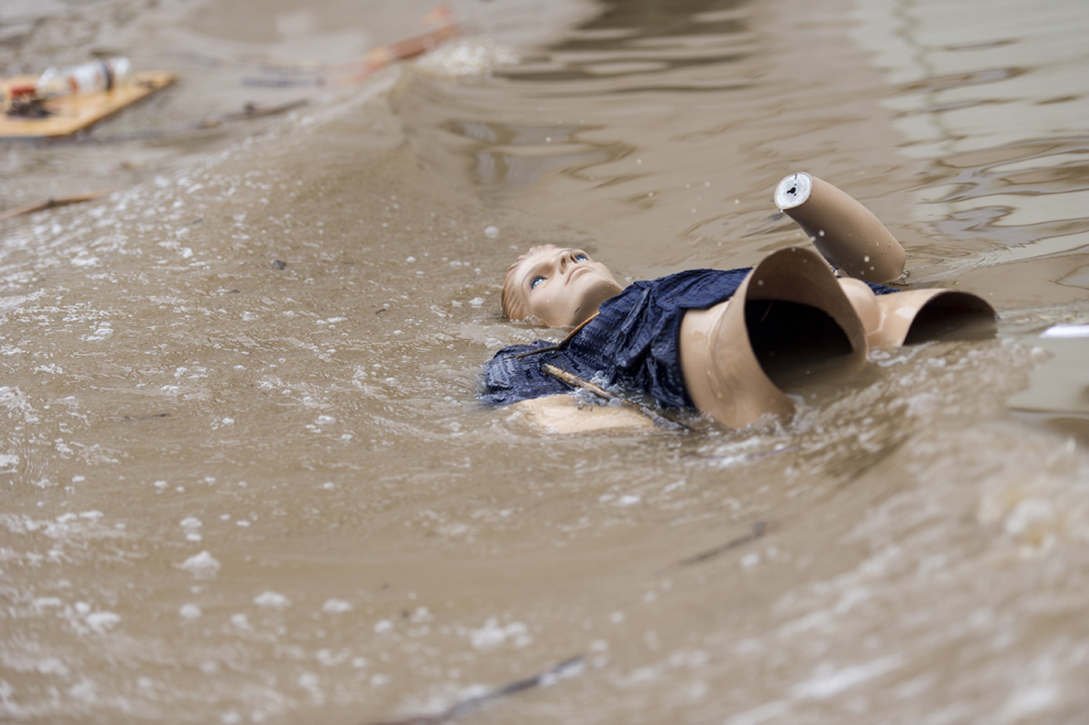 Un manechin pluteşte pe apa care a inundat centrul oraşului Grimma, luni, 3 iunie 2013.
