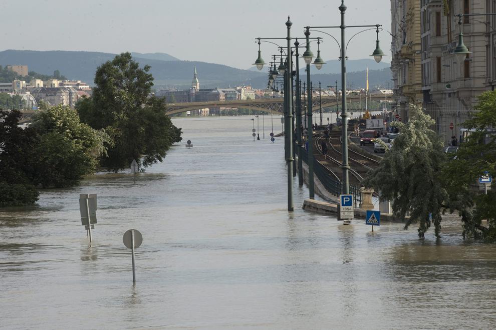 Mai multe zone ale Budapestei au fost inundate de apele revărsate ale Dunării, luni, 10 iunie 2013.