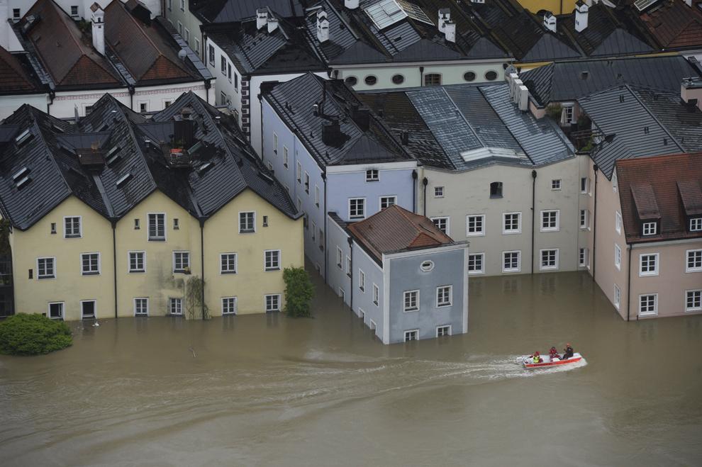 Angajaţi ai serviciilor de intervenţie străbat cu barca străzile inundate ale oraşului Passau, sudul Germaniei, luni, 3 iunie 2013.