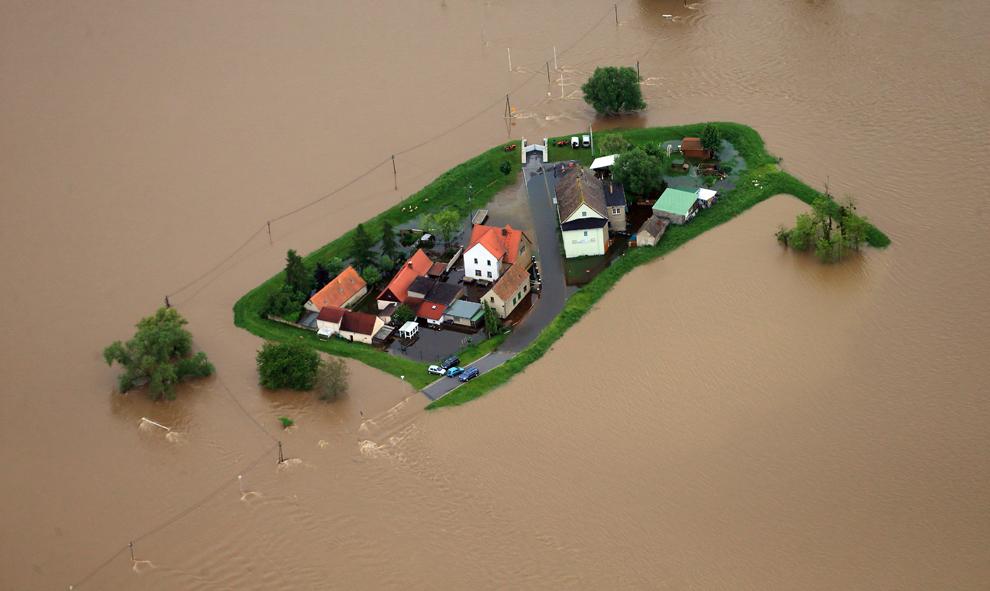 Apele revărsate ale râului Mulde înconjoară câteva case aflate la nord de Eilenburg, estul Germaniei, luni, 3 iunie, 2013.