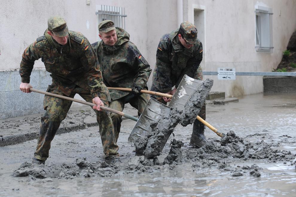 Soldaţi înlătură noroiul de pe străzile oraşului Passau, sudul Germaniei, marţi, 4 iunie, 2013.