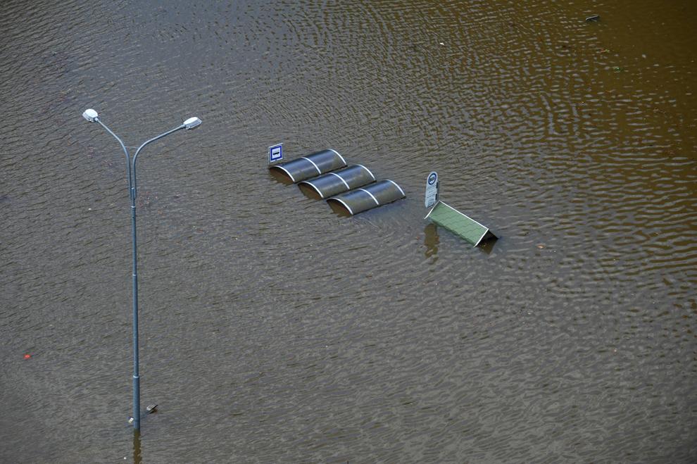 O staţie de autobuz este inundată de râul Kamenice, în Hrensko, Cehia, 5 iunie, 2013.