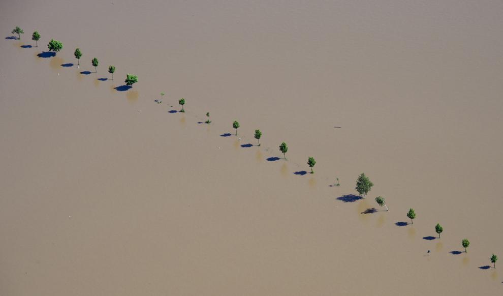 O imagine aeriană arată un drum inundat lângă Meissen, în sudul Germaniei, miercuri, 5 iunie, 2013.