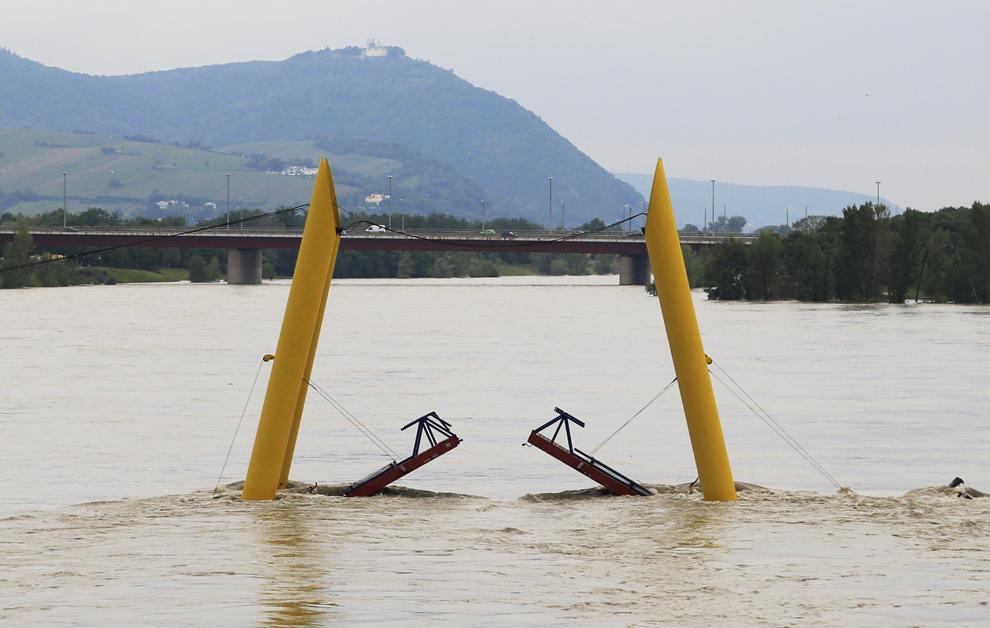 Un pasaj pietonal suprateran închis circulaţiei poate fi văzut pe măsură ce nivelul apelor Dunării creşte in Viena, miercuri, 5 iunie, 2013.