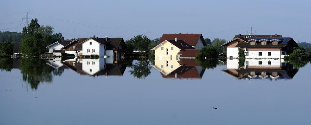 Case din regiunea Deggendorf, Germania, sunt acoperite parţial de apa fluviului Dunarea, în sudul Germaniei, vineri, 7 iunie, 2013.