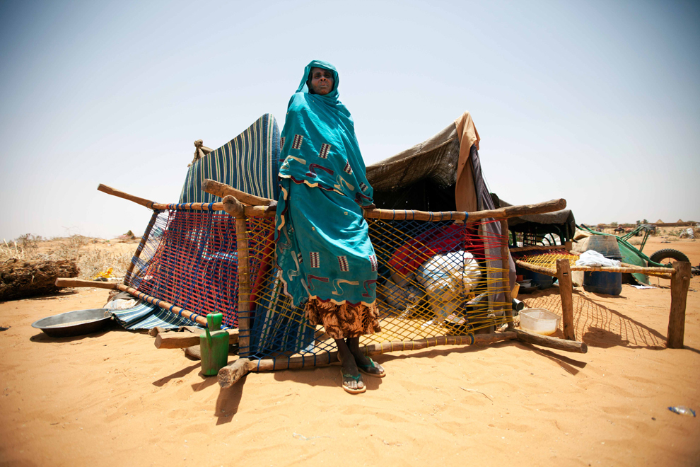 O fotografie publicată de către misiunea ONU din Darfour, miercuri, 22 mai 2013, arată o femeie sudaneză ce stă în faţa adăpostului şi bunurilor ei în tabăra Zam Zam pentru refugiaţi.