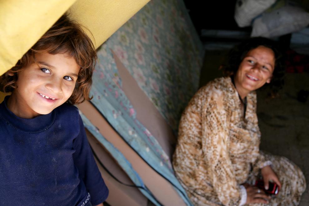 Un copil priveşte spre aparatul foto, din intrarea în spaţiul în care locuieşte alături de mama lui, în tabăra de refugiaţi de la Domiz, 20 km sud-est de oraşul irakian Dohuk, miercuri, 29 mai 2013.