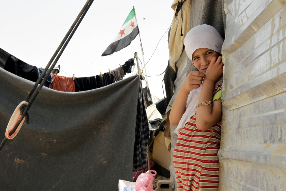 O refugiată de origine siriană stă la intrarea în locuinţa sa din tabăra iordaniană de refugiaţi din Zatari, casă pentru 160,000 de refugiaţi sirieni, sâmbătă, 18 mai 2013.